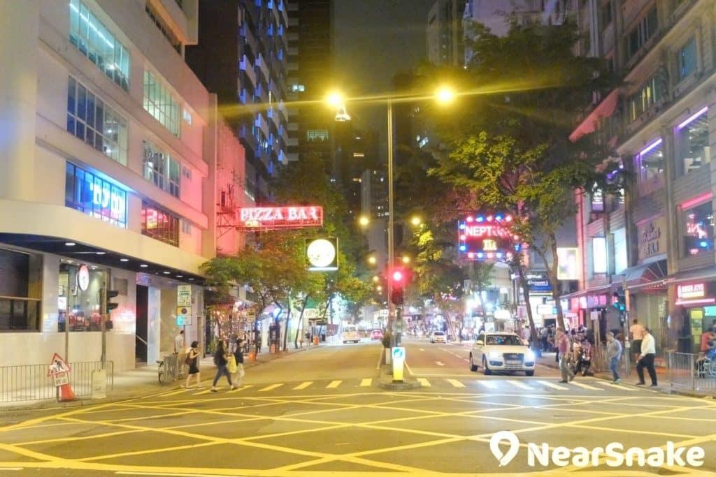 灣仔酒吧街上遍布著大大小小的酒吧及食肆,來此可讓你體驗香港酒吧文化。