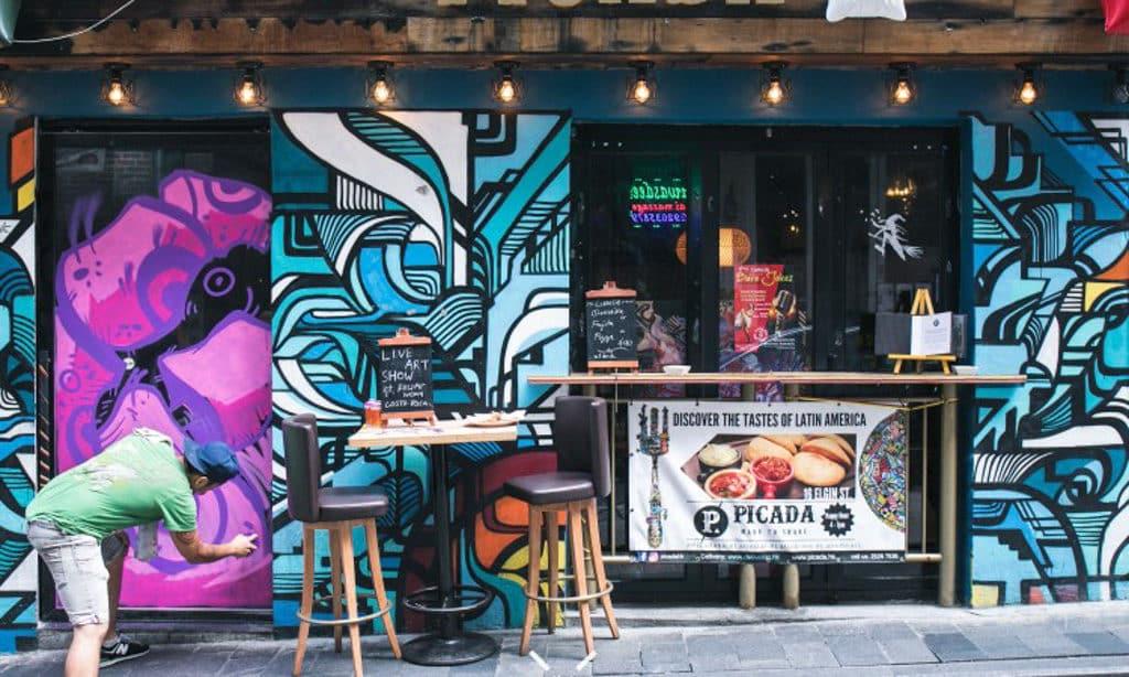 中環不少餐廳酒吧都有塗鴉裝飾,令門面生色不少。