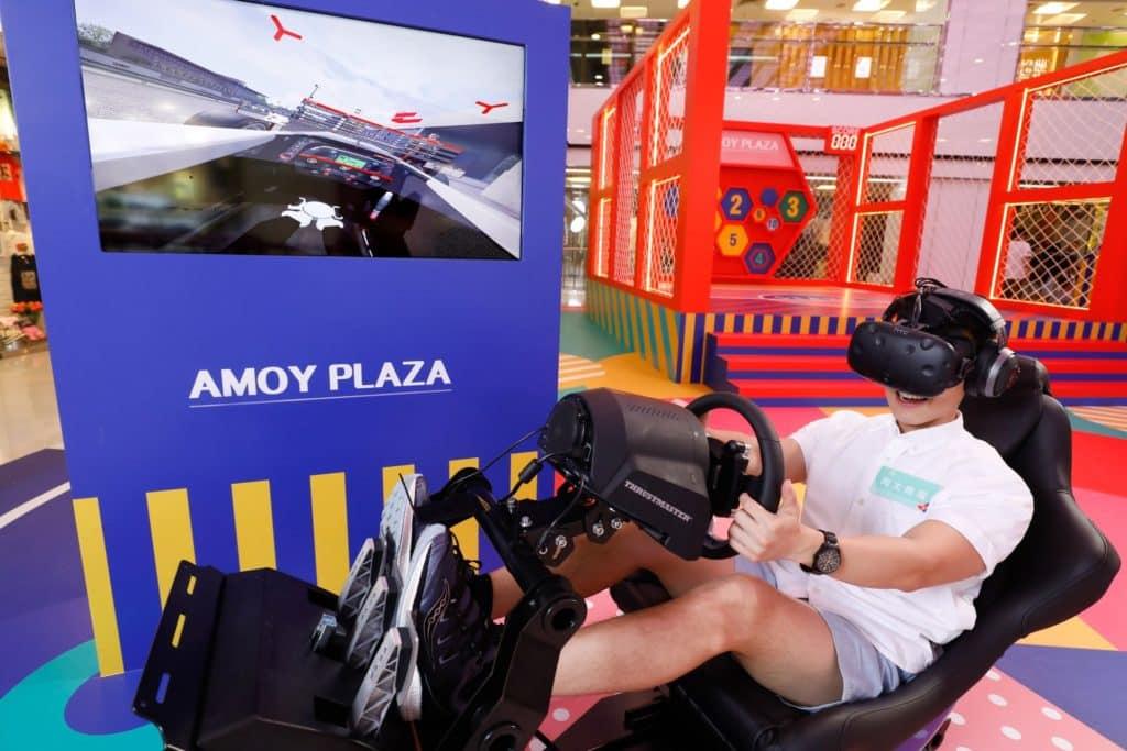 淘大商場「FUN TO INFINITY 運動無限」會場上又有 VR 虛擬實境遊戲可供試玩,讓人感受賽車風馳電掣的快感。