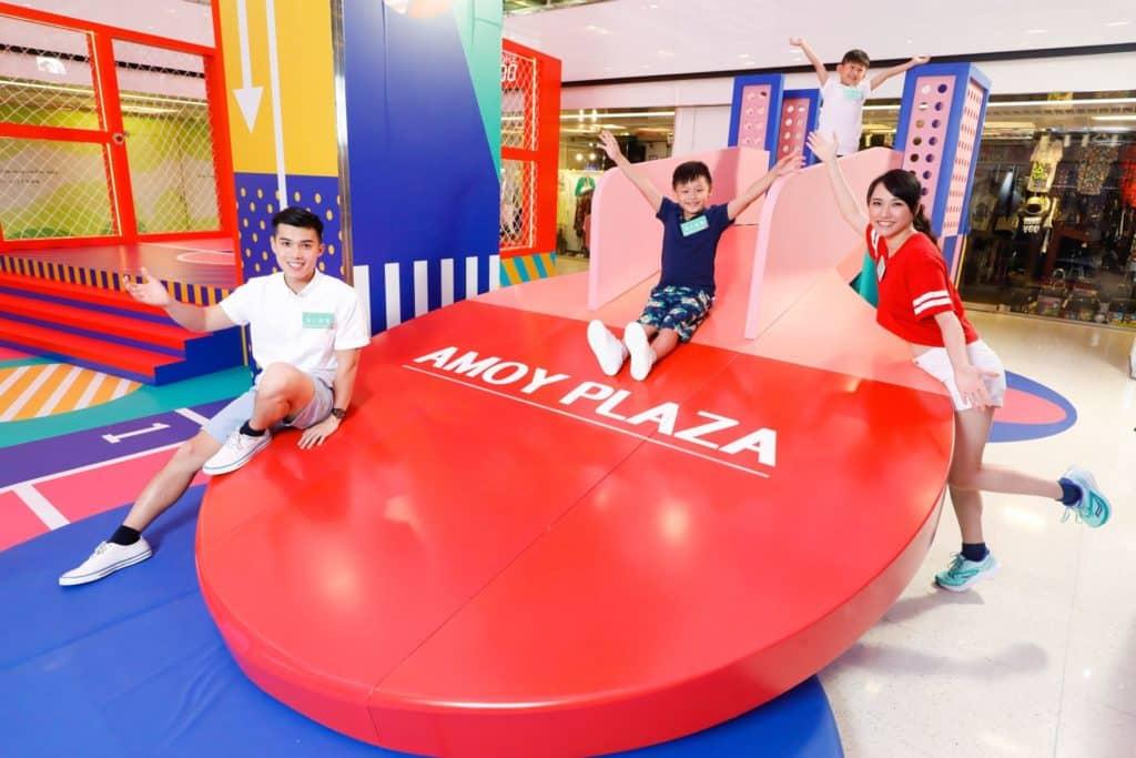 淘大廣場「FUN TO INFINITY 運動無限」會場上設置了巨型乒乓波拍滑梯,可讓小朋友玩過不亦樂乎 。