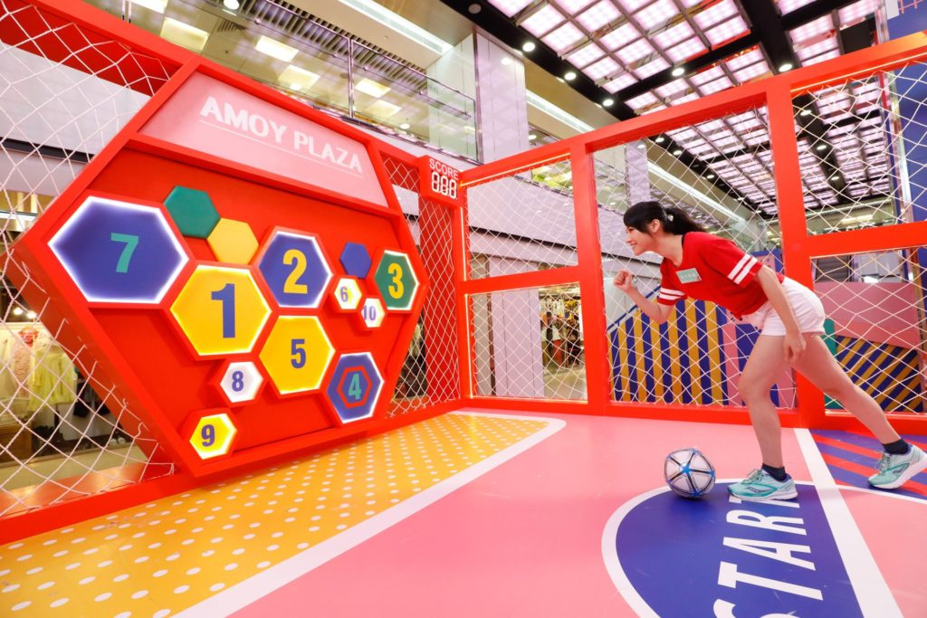 淘大商場「FUN TO INFINITY 運動無限」會場上設有體感足球競技遊戲,讓大家爭奪神射手寶座。