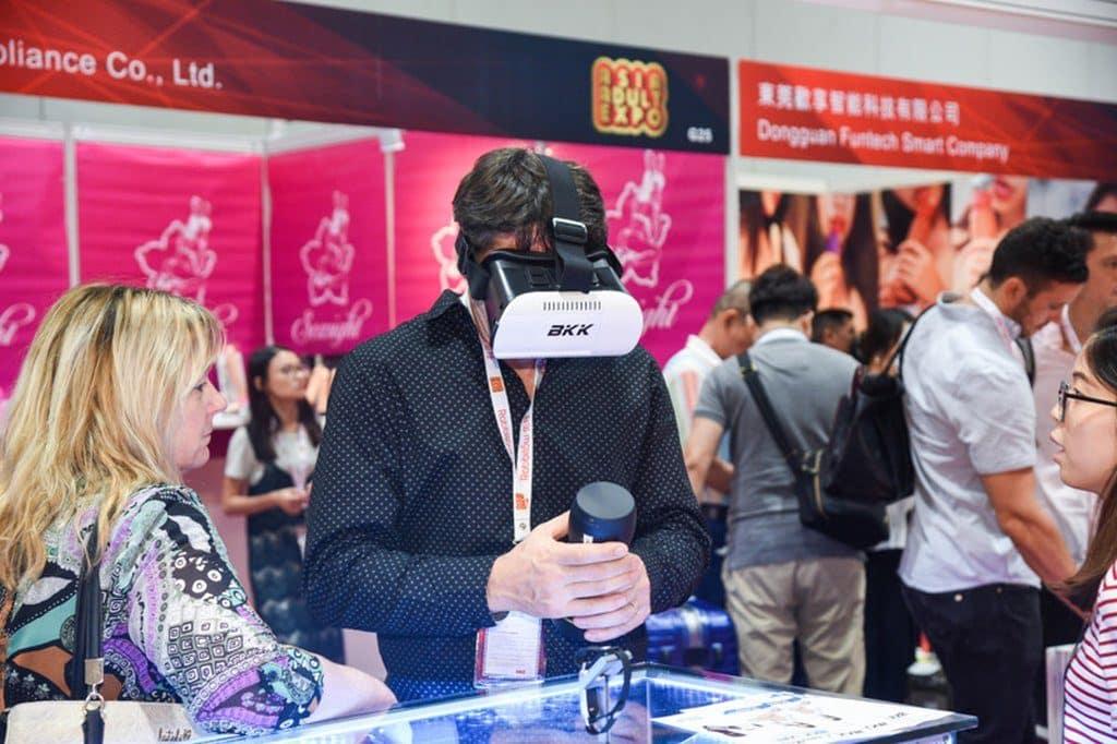 在上屆亞洲成人博覽中,VR 裝置成為場中焦點,未知亞洲成人博覽 2018 的焦點產品將會是什麼呢?