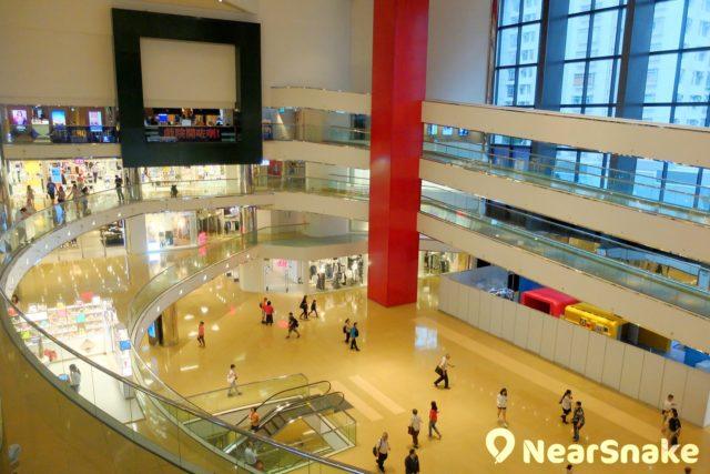 太古城中心商場中庭非常廣闊開揚,要站在高處始可讓人一覽無遺。