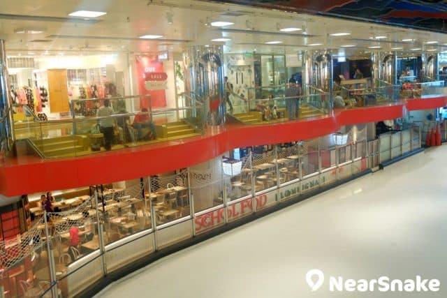 太古城中心溜冰場兩旁設有觀看台,平日也是公眾休憩的地方。