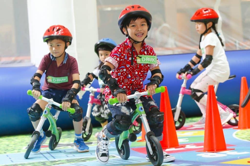 愉景新城安排專業導師教授使用平衡車的技巧,讓孩子體驗滑車快感,從而訓練手腳協調性、平衡感及反應能力。