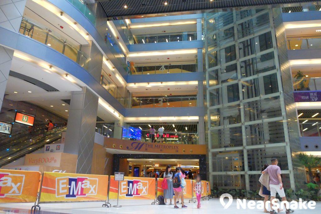 E-Max 地下中央廣場的空間非常寬敞。