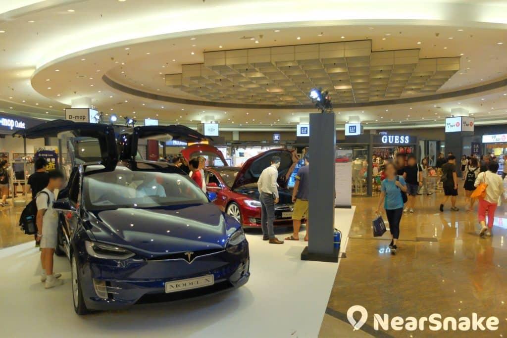 E-Max Wearhouse 九展名店倉內設有小型區域,可用作舉行展銷會。例如圖中正舉行的 Tesla 電動車展銷會。