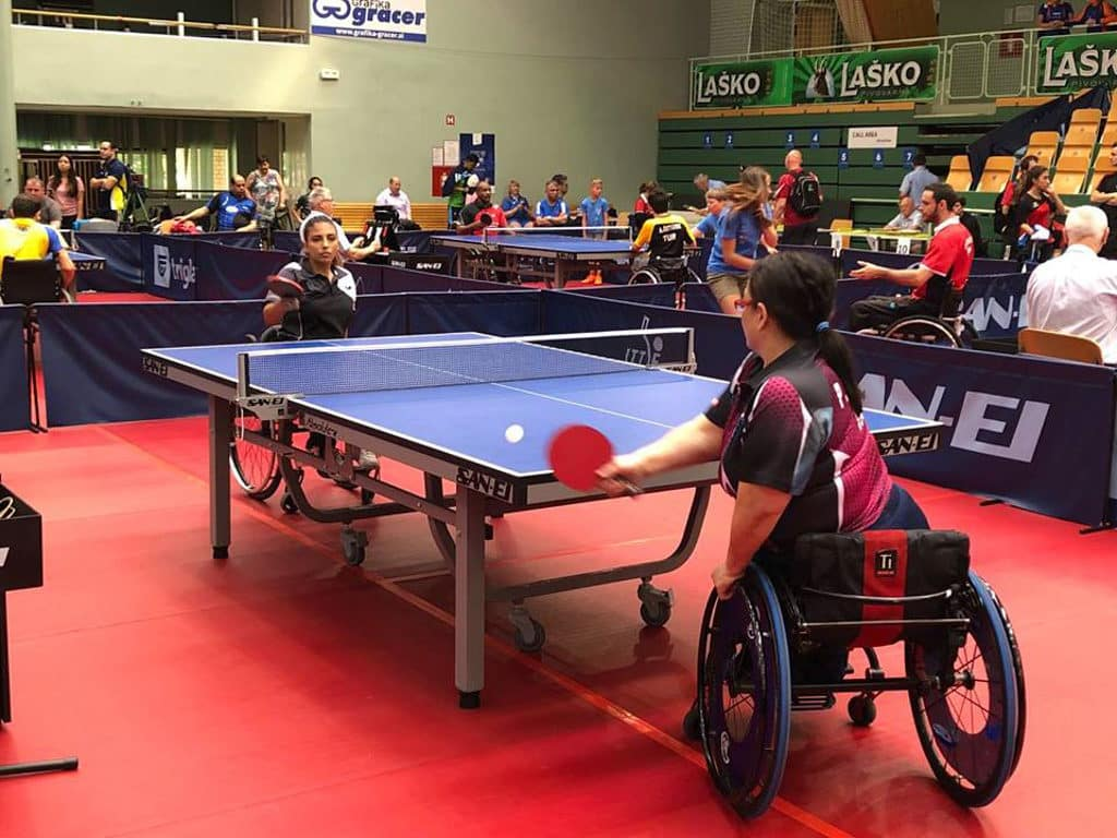 坐在輪椅上打乒乓球是非常不容易的事。