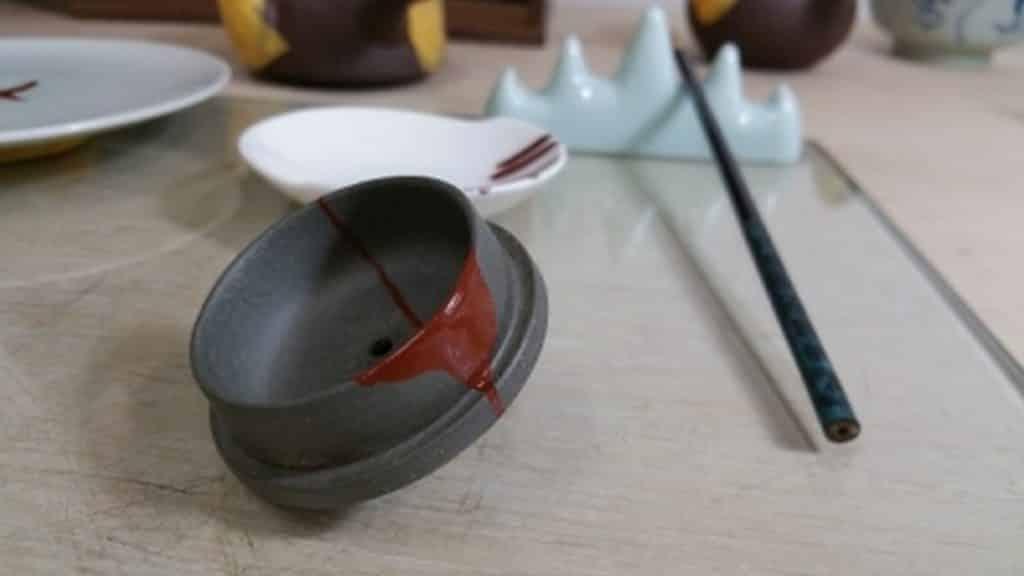 在「金鐥 – 亮點人生」工作坊中,大家可學習以天然大漆修復陶瓷之技術。