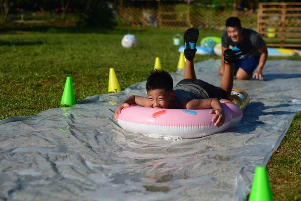 障礙關卡當然少不了夏天必做的玩水。