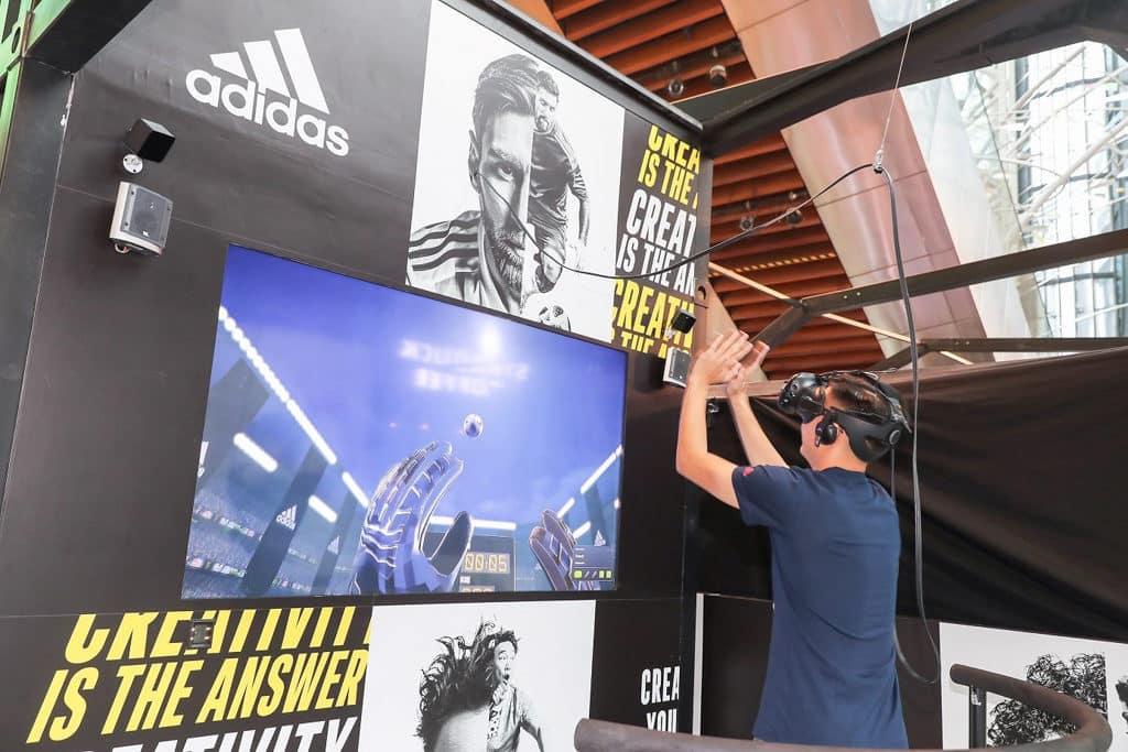在朗豪坊「Goal Keeping VR Challenge」虛擬實境遊戲中Creators 戴上 VR 裝置後扮演守門員角色,一嘗把關滋味。