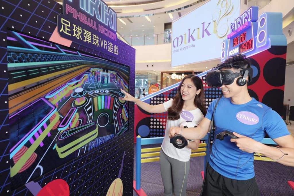 透過 VR 裝置,玩家有如走進星際足球場館般的彈珠機內變身守門員。