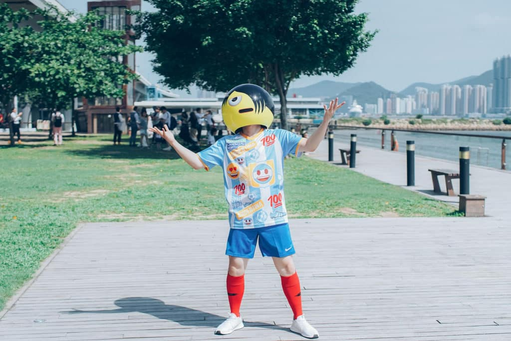 emoji 狂舞團將足球較量化身狂熱舞步,不定期於香港各處四出 battle。