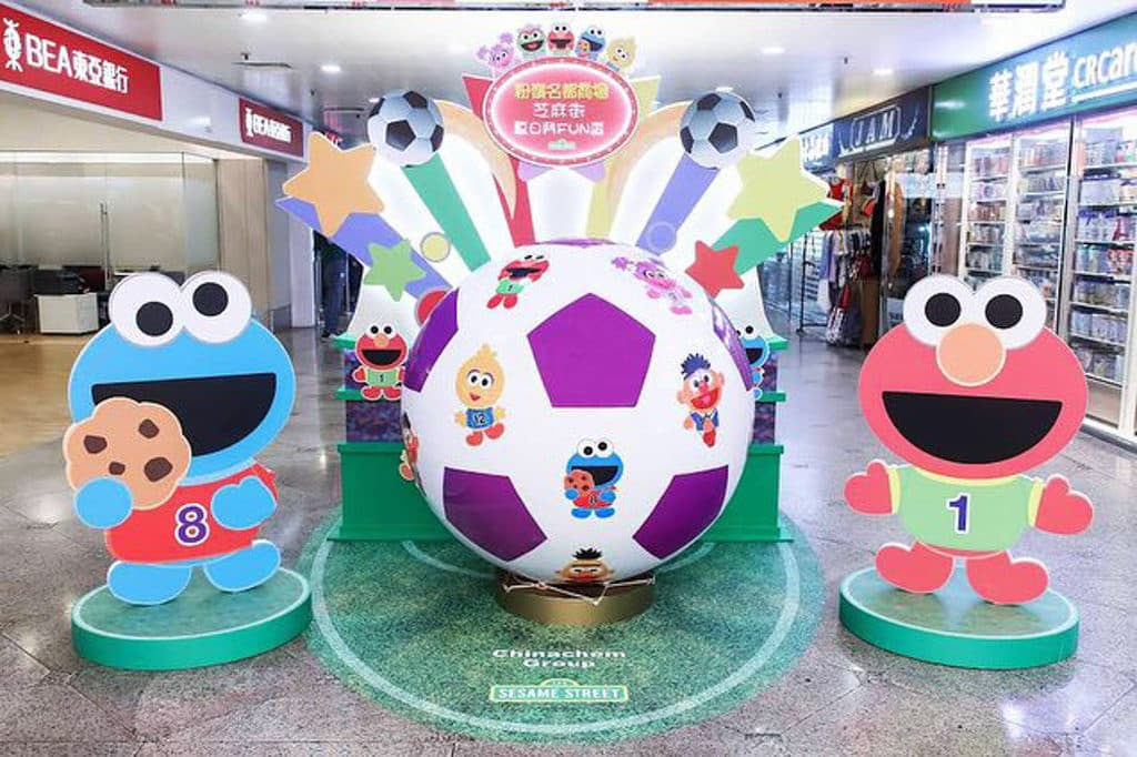 大家來到「芝麻街夏日鬥FUN盃」,便可與芝麻街球員親自設計的 Cute Sports 巨型足球,與這班「足球聯萌」的金球獎得主合照留念。