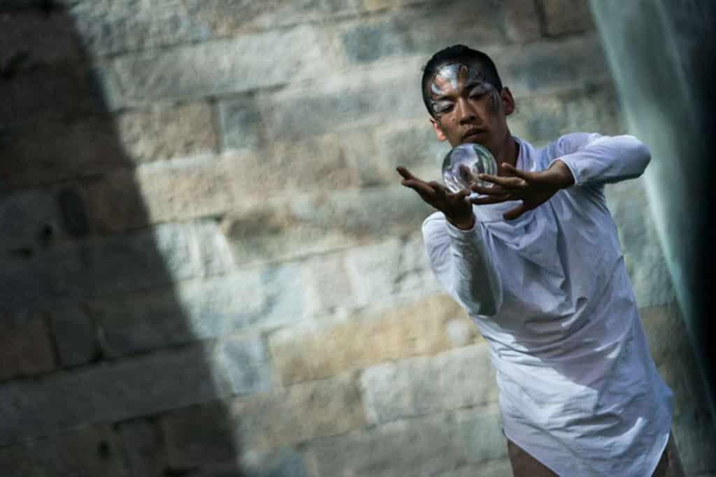 香港馬戲團將於大館進行魔法球表演。