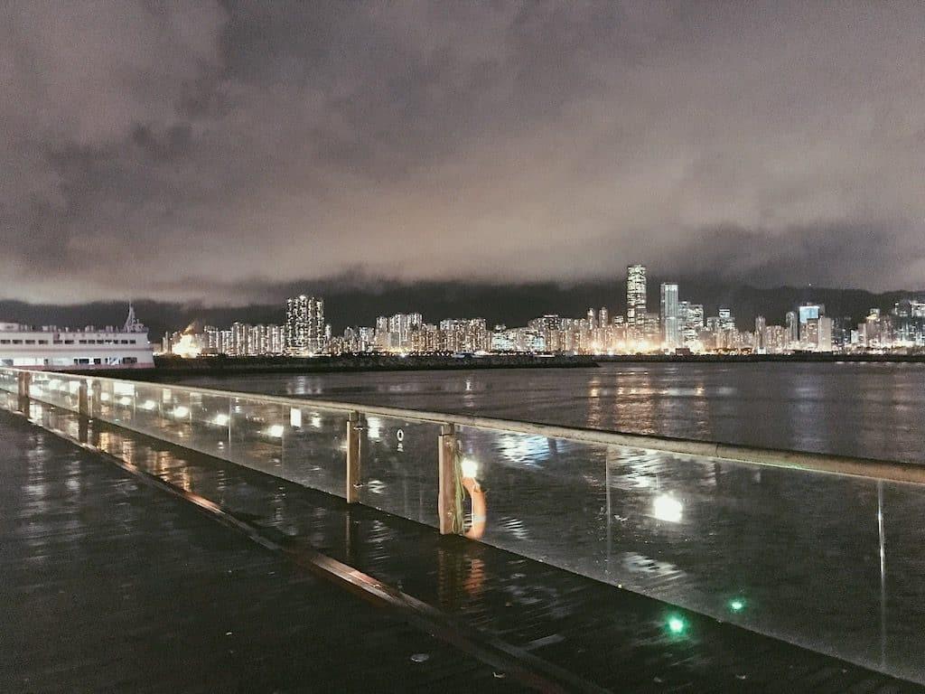 淘大商場:「動起來!街跑吧!」工作坊-觀塘海濱花園的長廊全長約一公里,景色怡人之餘,更可欣賞啟德郵輪碼頭的夜景。