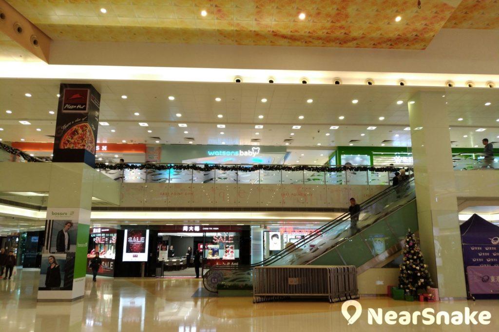 東港城商場一樓設有大型活動空間,可供舉辦商場展覽或表演;沒表演時,則可為遊人帶來舒適寬廣的休閒空間。