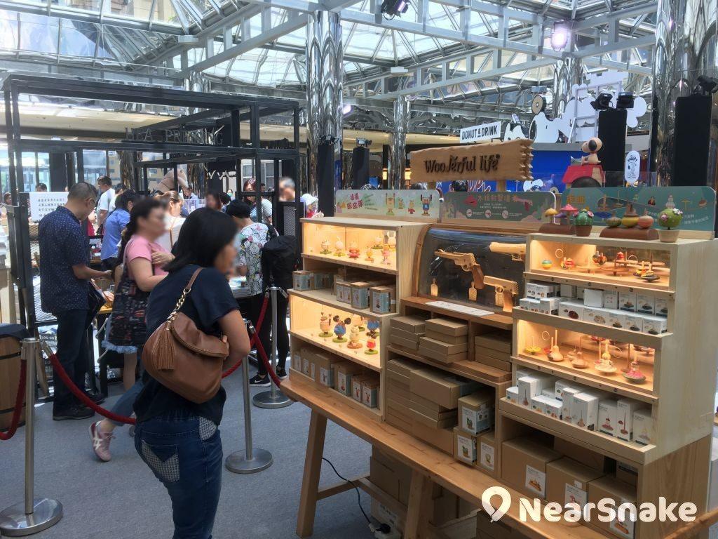 """太古城中心""""Chill as Snoopy"""" 限定店內亦有各式木製精品發售。"""