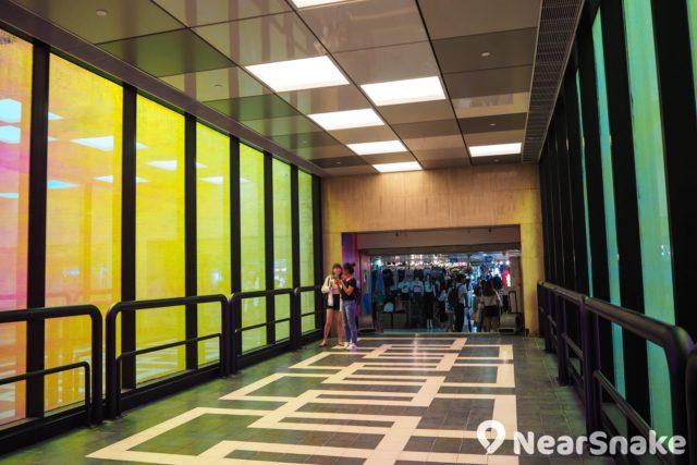 T.O.P 商場貫徹潮流時尚的風格,特別採用彩色落地玻璃天橋,可通往相鄰的旺角中心。
