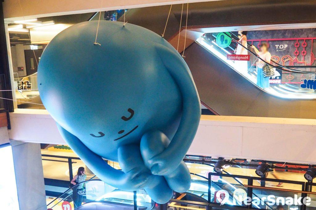 抱膝的 SML 怪物造型夠趣緻,由 T.O.P 商場天花垂掛下來,成功引來不少遊人的目光。