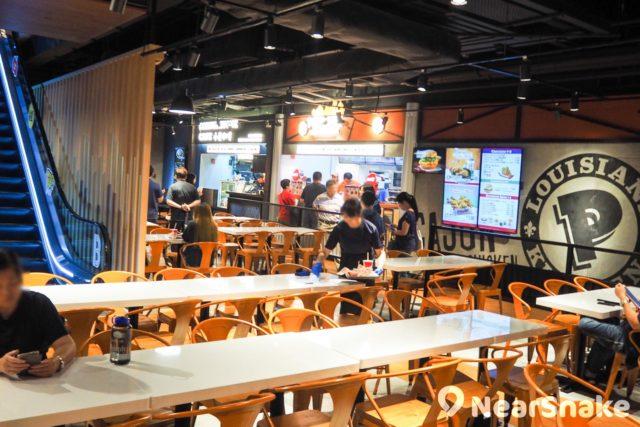 用上 Food Court 設計風格的 T.O.P 「旺角煮場」,只提供百多個座位,如假日光顧,大家可能要耐心等候一下。