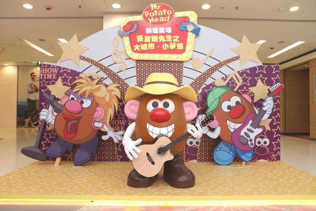 在大埔新達廣場「薯蛋頭先生之大城市·小夢想」活動上,三位薯蛋頭先生組成搖滾樂隊並登上舞台表演,在樂隊成員的結他伴奏下,一臉陶醉地盡情高歌。