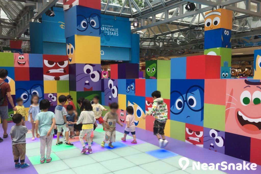 太古城中心「THE BIG SPLASH Summer Party」內的勁跳互動 dancing floor,一腳踏落地就著燈,讓小朋友玩得開心又興奮。