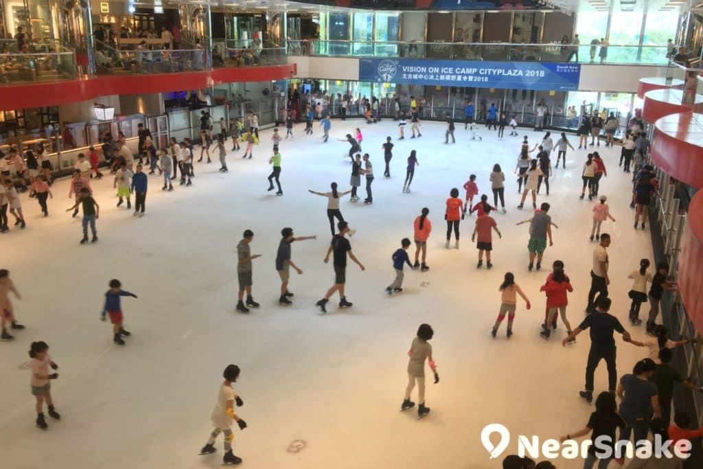 太古城中心溜冰場臨近商場邊緣位置,設計上可採日光照明,令場地更顯光猛明亮。