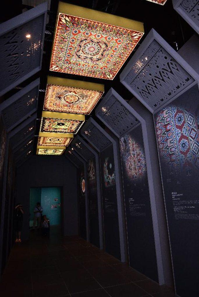 「數碼敦煌-天上人間的故事」展覽展廳內展示莫高窟窟頂的藻井。