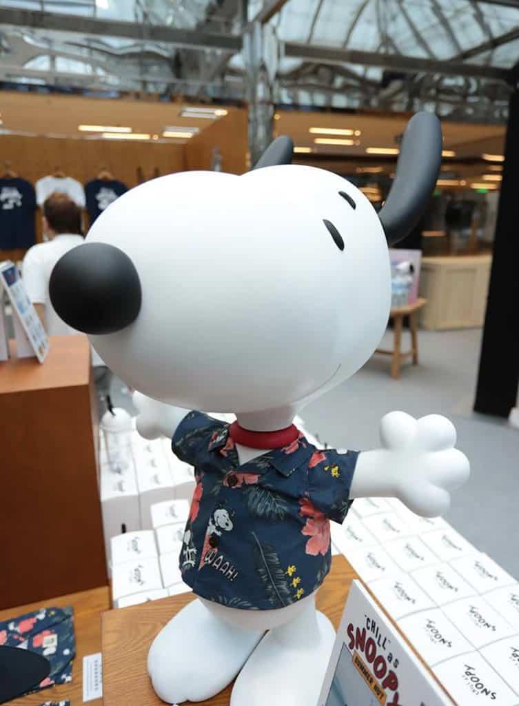 "DING DONG宅配便 ☓ LOG-ON ""Chill"" as Snoopy 限定店:26 吋高的夏威夷風 Snoopy 模型公仔,只接受現場預訂 (HK$1800/個)。"