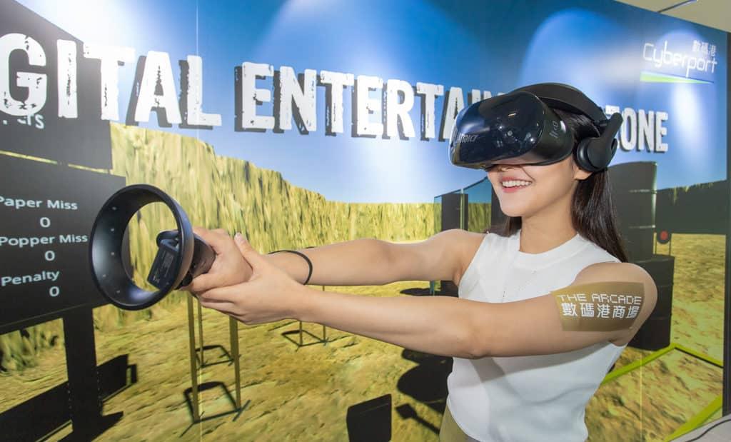 數碼港:仲夏電競鬥一番 玩家戴上 VR 眼鏡及操作手上的控制桿,便可沉浸在虛擬遊戲世界。