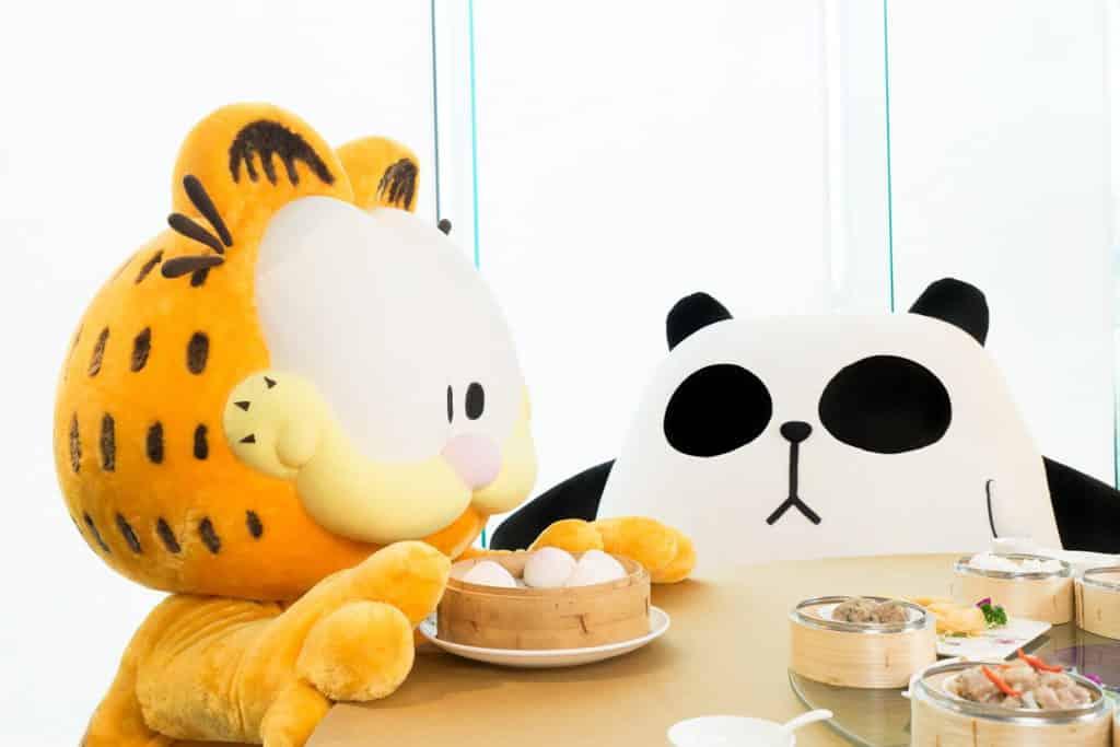 聾貓邀請加菲貓往酒樓吃點心,未知是否合加菲貓的口味呢?