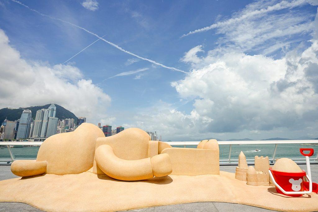 巨型 BE@RBRICK 於維港景致下悠閒享受日光浴。