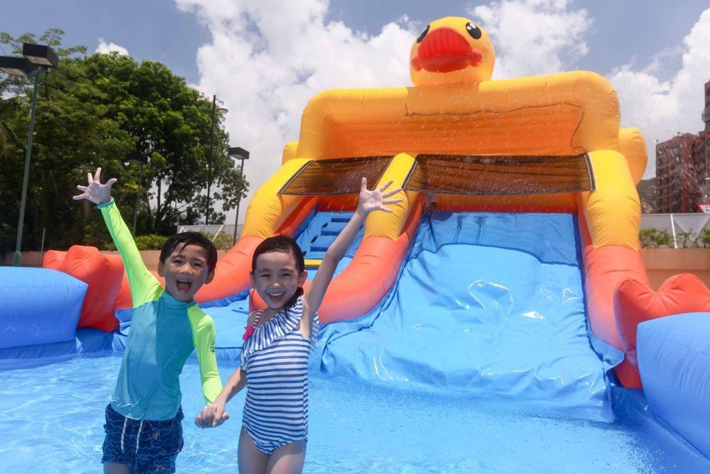 香港黃金海岸 B.Duck 主題水上充氣遊戲:B.Duck 滑水梯