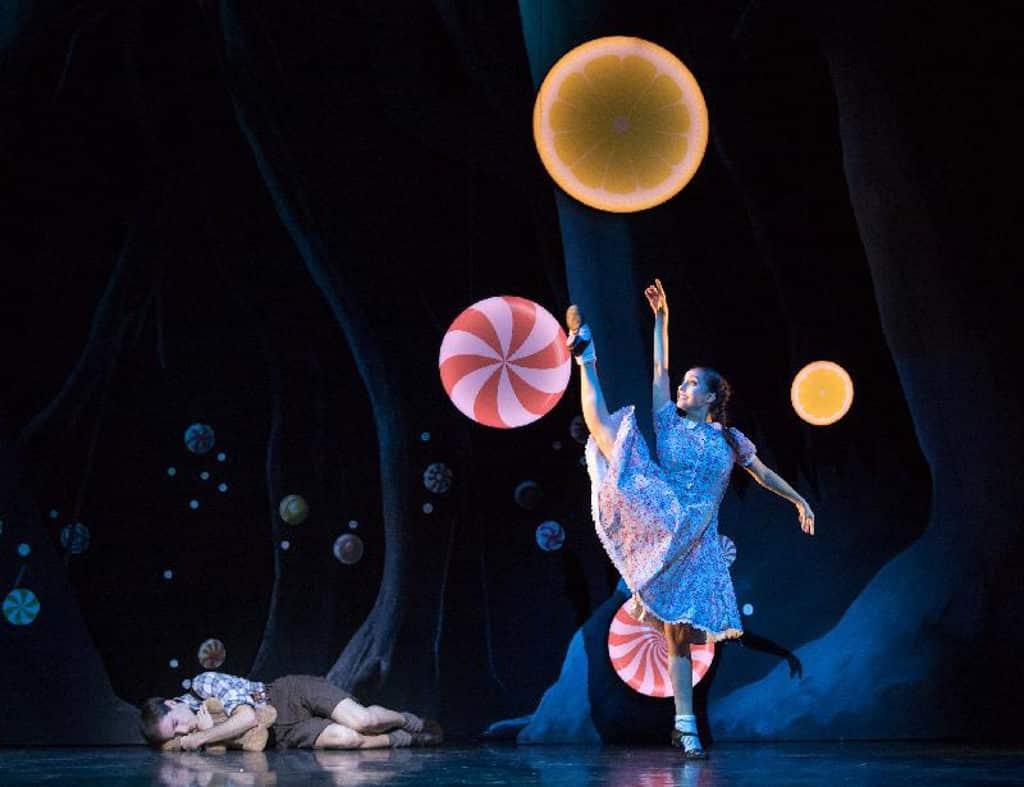 「國際綜藝合家歡2018」開幕節目為《糖果屋歷險記》,由英國蘇格蘭芭蕾舞團演出。