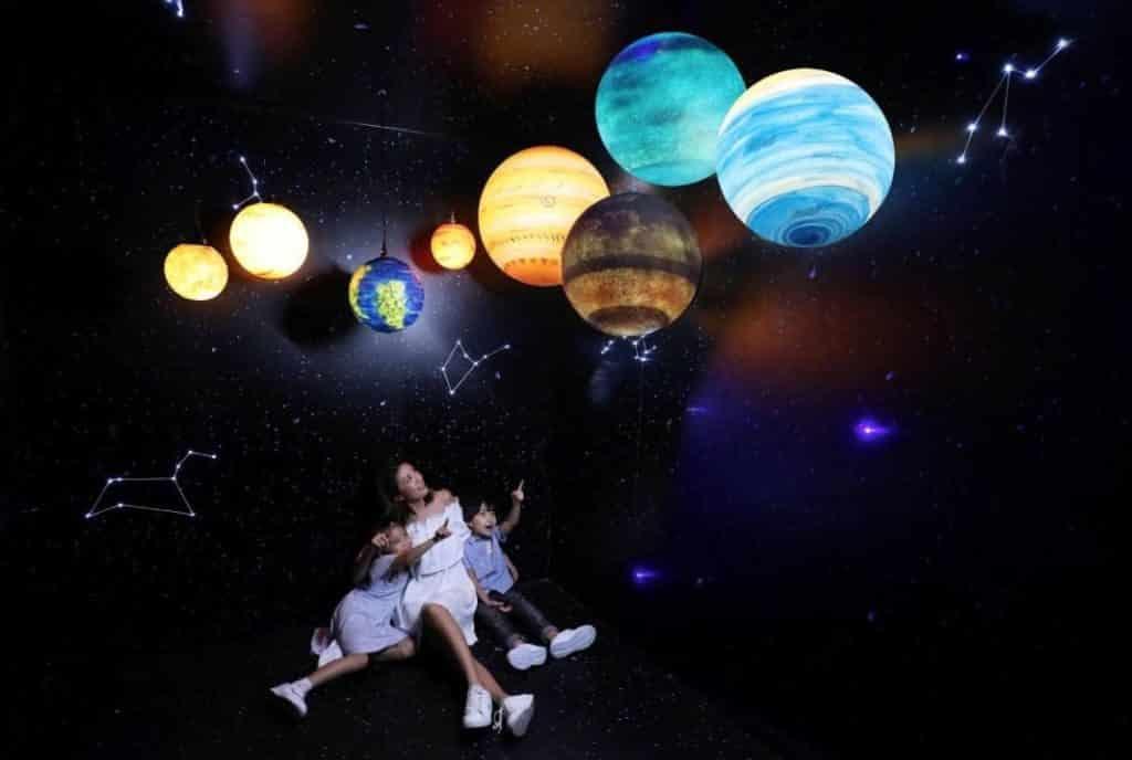 荃灣千色匯中央位置架設了太陽系八大行星互動裝置,只要選上心儀的星球再拍下按鈕,星球即時亮起出現眼前。