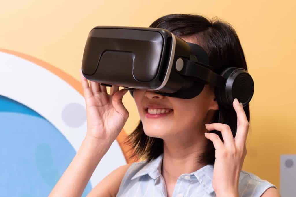 康怡廣場與香港救助兒童合辦「『世界另一端』VR 生活體驗」及「『小恩大惠』工作坊」,讓小朋友透過 VR 眼鏡體驗發展中國家的生活狀况。