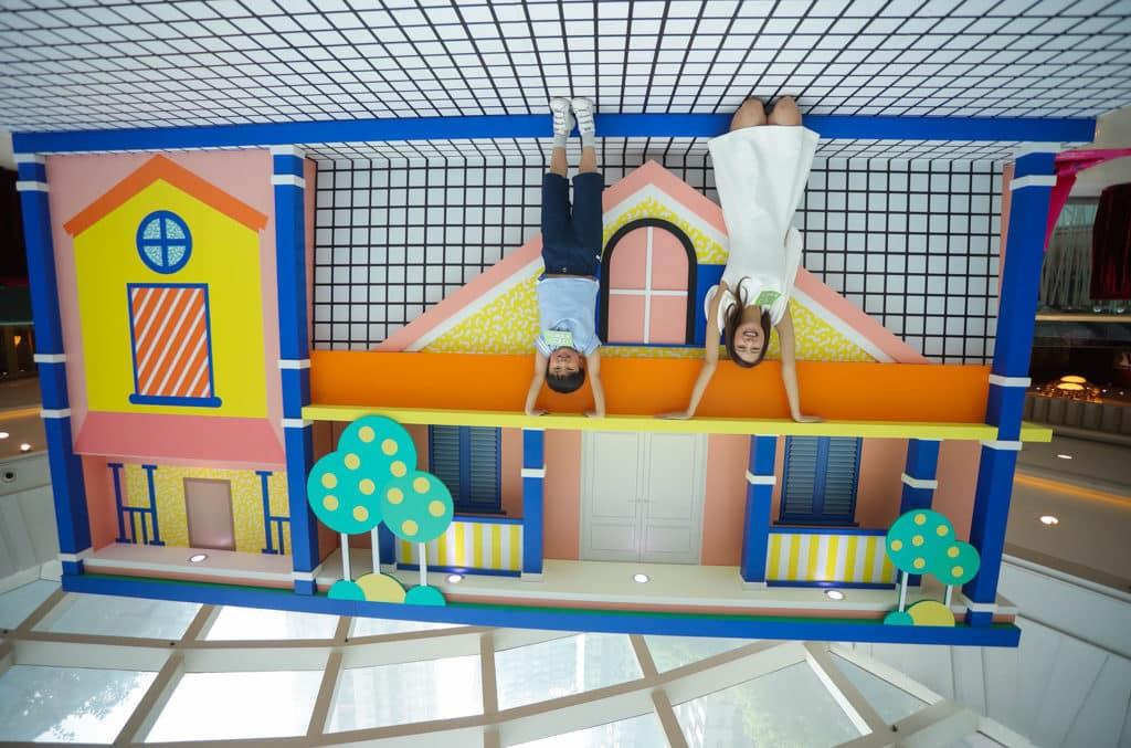 將軍澳新都城中心MCP CENTRAL:「玩轉日夜『迷』城」- 以錯視效果製作出上下反轉的玩味屋,是必到的拍攝位。