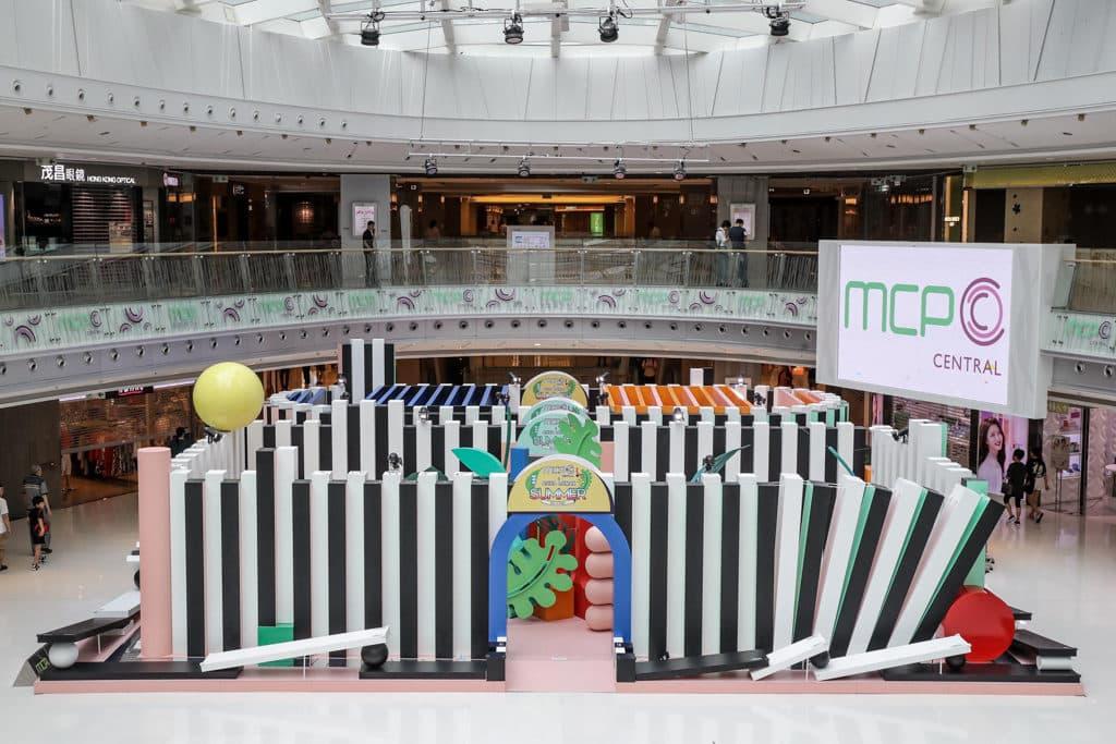 MCP CENTRAL「玩轉日夜『迷』城」會場上擺放著巨型黑白骨牌。