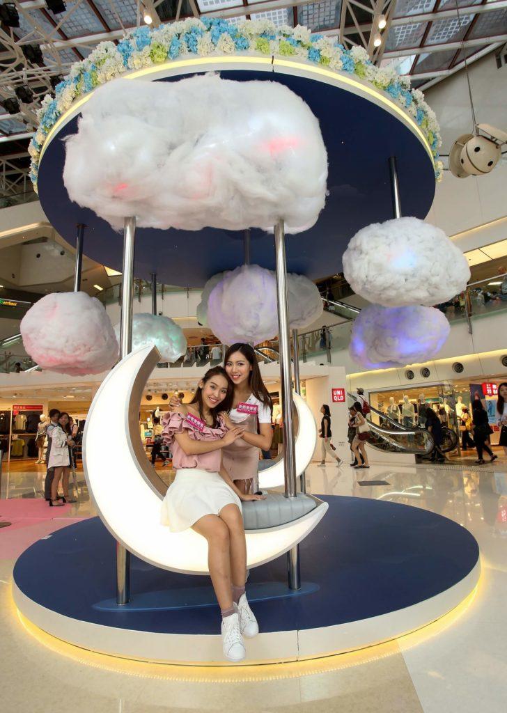 新都會廣場色彩夏日花祭上,大家可找到以白色棉花堆砌成一朵朵白皚皚的雲朵,蓬鬆軟綿綿的可愛雲朵輕輕飄浮在空中。