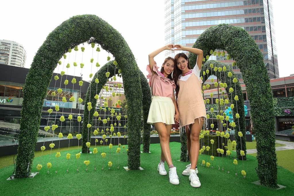 新都會廣場色彩夏日花祭: 一片綠意盎然的草地上,出現4座2米高青綠交織的拱門,淡綠小雛菊細膩地垂吊
