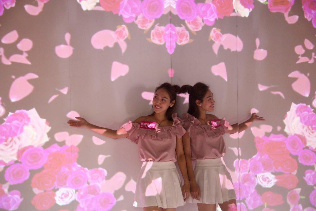 新都會廣場色彩夏日花祭: 5米高的粉紅花花世界,交織出千千萬萬朵不同形態的玫瑰花