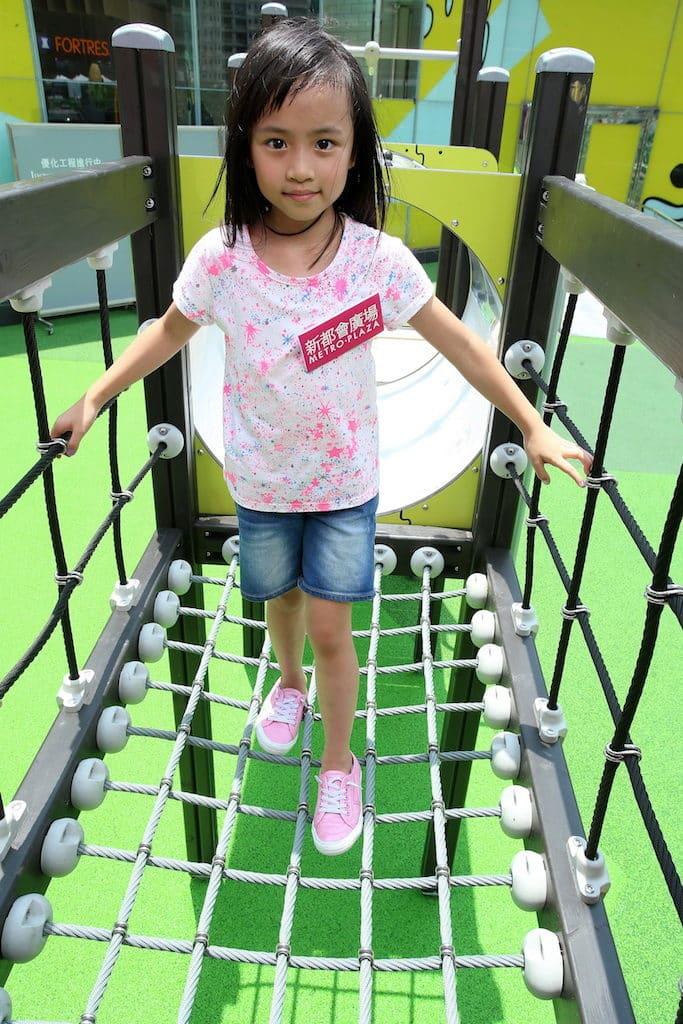 新都會廣場歷奇公園-首條平衡橋由繩網陣構成,考驗小朋友,以敏捷的身手跨過一根又一根的繩索。