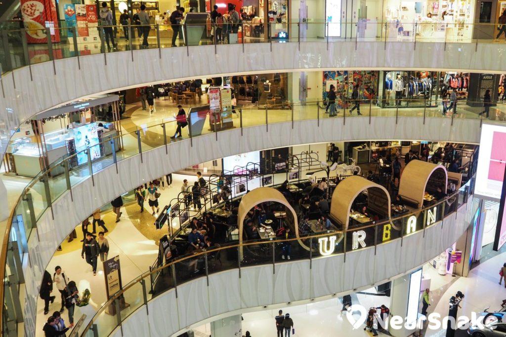 MOKO 新世紀廣場 1 樓凸出平台設計頗為特別,劃為餐廳空間感極強。