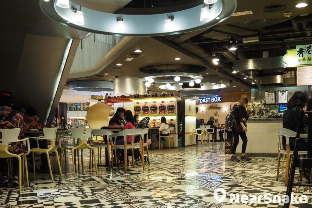 新世紀廣場 Food Court 的地板由充滿個性的黑白花紋組成,以美食廣場來說算得上是頗前衛的設計。