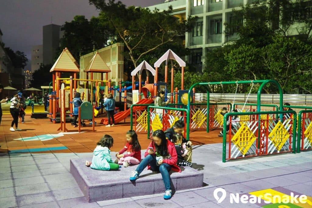 新世紀廣場 Food Court 外有寬闊的平台花園,用作兒童樂園,每日早上 10 時至傍晚 7 時免費開放。