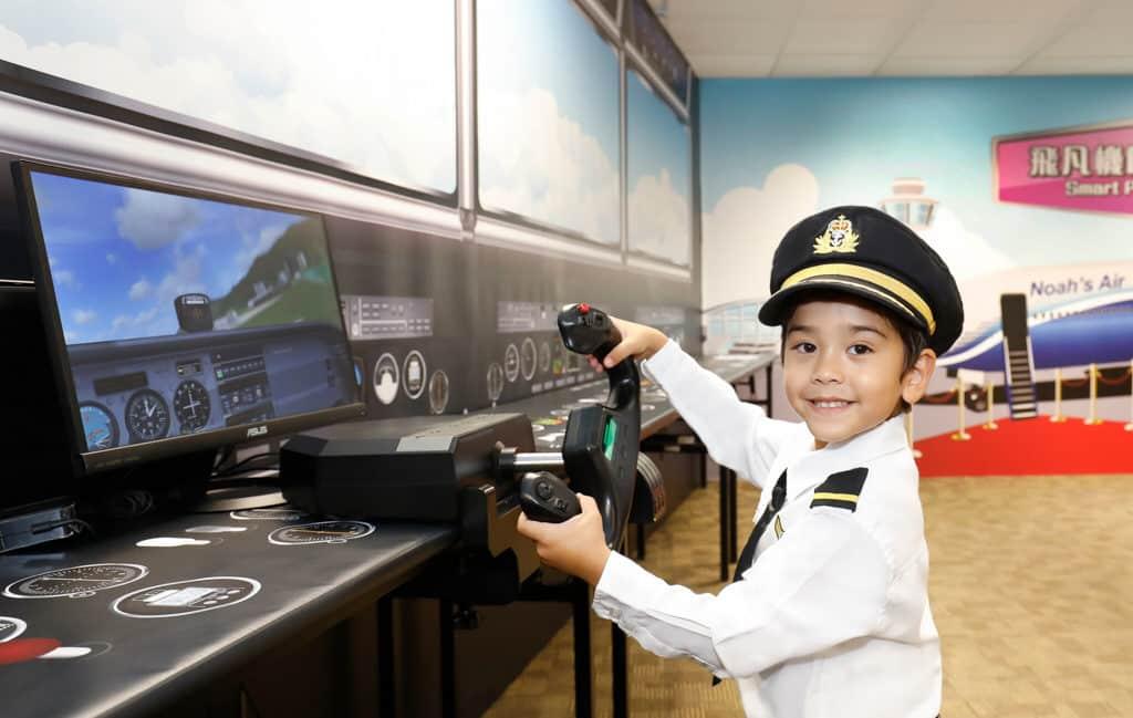 在挪亞方舟「職業特工大本營」內,小朋友可置身模擬駕駛艙接受飛行訓練。