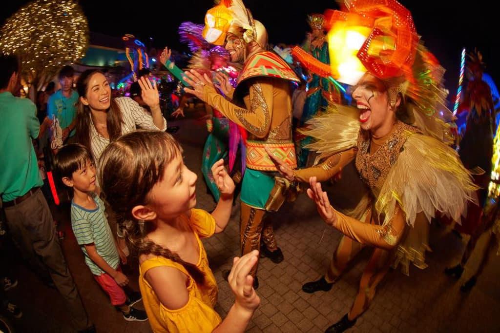 一眾舞蹈員在海洋公園動夏嘉年華 2018 的「加勒比夏夜巡遊」與遊人狂歡熱舞。