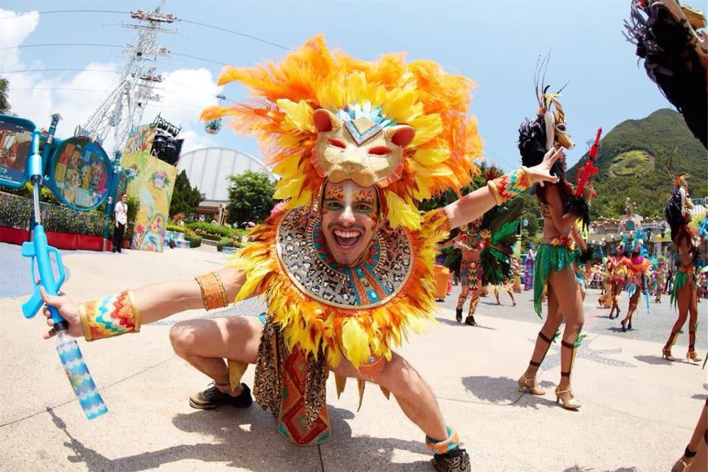 海洋公園動夏嘉年華 2018 中的「加勒比夏日巡遊」表演者穿上華麗服飾,帶來勁歌熱舞。