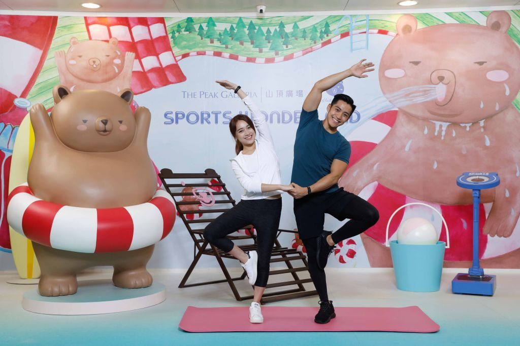 山頂廣場聯乘本地插畫品牌「拉筋熊」,打造拉筋熊夏日裝置,穿上水泡的拉筋熊將挺起驕人肚腩落力運動,與粉絲合照。